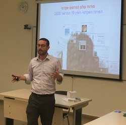 Academic delivers an instructional presentation in Hebrew
